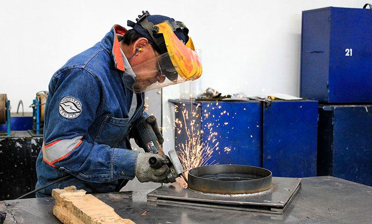Personal desarrollando extractores de aire MCAT